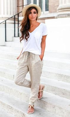 15 Summer Outfits For The Perfect Getaway spring / summer - street chic style - beach style - comfy style - summer outfit ideas - spring outfit ideas - white v-neck tee + beige drawstring joggers + nude sandals + cream and black fedora Street Chic, Street Mall, Look Legging, Beach Party Outfits, Outfit Beach, Party Dresses, Beige Outfit, Outfits Damen, Looks Street Style