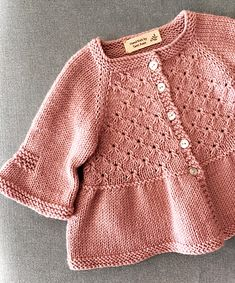 Egalement disponible en français! Knitted Baby Cardigan, Cardigan Bebe, Knit Baby Sweaters, Knitted Baby Clothes, Cardigan Pattern, Knitting For Kids, Baby Knitting Patterns, Baby Patterns, Knit Or Crochet