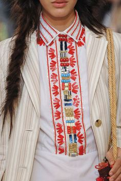Les broderies indiennes des chemises à plastron Tory Burch.