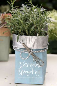 This is fix No. 14 - Tetrapack Upcycling - craft ideas - This is fix No. 14 Tetrapack Upcycling A simple Tetrapack milk carton becomes a stylish gift. Upcycled Crafts, Diy Crafts To Sell, Easy Crafts, Diy Garden Projects, Diy Garden Decor, Craft Projects, Tetra Pack, Decoration Table, Table Covers