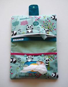 Cette pochette en coton vous permettra davoir tout ce quil vous faut sous la main pour changer bébé ! En effet, il y a une poche pour les petits paquets de lingettes, une autre pour les couches et au-dessus de celle-ci, une poche zippée pour y ranger les crèmes et autres choses indispensables. Lextérieur de la pochette est en coton imprimé de pandas, ainsi que la poche zippée. et la pochette pour les lingettes. Cette dernière se ferme avec deux pressions verte afin de bien maintenir le…