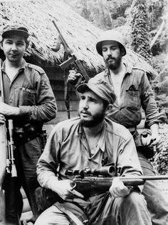 Raúl Castro, a la izquierda, con su hermano Fidel. Sierra Maestra en 1957. Foto: AP Photo / Andrew St. George.