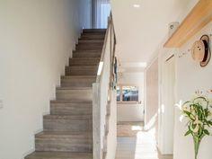 Siahnite po doplnkoch vo vidieckom štýle. Interiér skvele ozdobia divoké kvety. #rodinnydom #dom #byvanie #interier #dizajninterieru #modernebyvanie #svojpomocne #modernydizajn #svetlyinterier #ytong #stavebnymaterial #provence #vidieckystyl #doplnky #schodisko Stairs, Design, Home Decor, Stairway, Decoration Home, Room Decor, Staircases, Home Interior Design