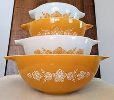 Pyrex Set, Pyrex Bowls, Vintage Dishes, Vintage Pyrex, Butterfly Gold, Antique Glassware, Mixing Bowls, Gold Pattern, Large Bowl