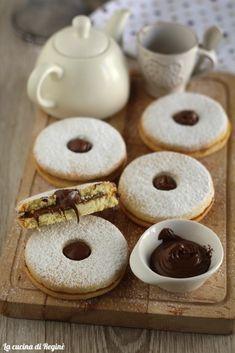 Biscotti occhio di bue alla nutella veramente deliziosi, trattasi di deliziosi biscotti di pasta frolla al burro farciti di tanta buona crema alle nocciole.