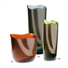 Vasi in vetro in colori trasparenti sovrapposti su una fascia Lattimo. Un taglio netto alla […]