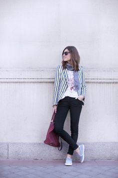 Con mis zapatillas de abuela. Blazer. Black jeans. Street style outfits. Looks de street style. Fashion Blogger.