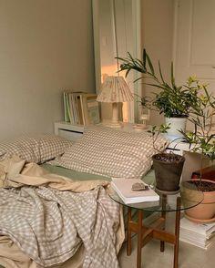 Room Ideas Bedroom, Bedroom Decor, Bedroom Inspo, Room Ideias, Deco Studio, Minimalist Room, Pretty Room, Aesthetic Room Decor, Cozy Room