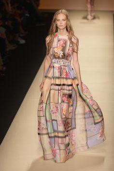 Alberta Ferretti, MFW, collezione Primavera-Estate 2015: abito lungo in seta, stile impero, con fantasia floreale