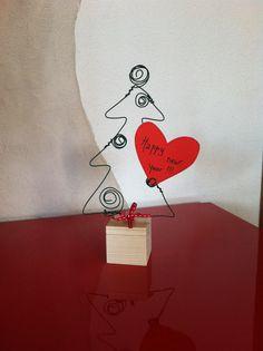 Idée pour Noël à faire avec des élèves: sapin porte-cartes en fil de fer. Les élèves ont beaucoup aimé!