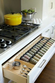 53 Cheap Kitchen Organization Ideas On A Budget - . Informations About 53 Cheap Kitchen Organization Ideas On A Budget Pin You can easily use my prof - Diy Kitchen Storage, Kitchen Pantry, Kitchen Organization, New Kitchen, Kitchen Dining, Kitchen Cabinets, Organization Ideas, Long Kitchen, Kitchen Countertops