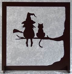 La sorcière et son chat - tableau silhouette en bois découpé A happy cut wood picture of the witch and her cat. Frame silhouette with a witch and a cat on a branch. Painted brown acrylic paint with wa Casa Halloween, Holidays Halloween, Happy Halloween, Adornos Halloween, Manualidades Halloween, Halloween Illustration, Illustration Cactus, Diy Halloween Decorations, Halloween Crafts
