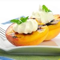 Grilled peaches with cinnamon mascarpone. Peaches are now in season! Don't miss out on the best peach recipe you've ever had! Low Calorie Desserts, Healthy Desserts, Delicious Desserts, Healthy Recipes, Dessert Recipes, Fruit Recipes, Grilled Fruit, Grilled Peaches, Traeger Recipes