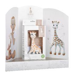 Geboren in Frankrijk in 1961. En al meer dan 50 jaar niets veranderd…. ...behalve nu dan een nieuwe verpakking! Sophie de Giraf is het eerste bijtspeeltje dat de 5 zintuigen van baby stimuleert. Ze is geliefd bij miljoenen baby's over heel de wereld.   Sophie de giraf wordt al generaties lang met de hand geproduceerd in Frankrijk. Ze wordt gemaakt van 100% natuurlijk rubber afkomstig van de Hevea boom en bewerkt met verf die gebruikt wordt in de voedingsmiddelenindustrie. Hierdoor is ze… Sophie Giraffe, Babys, Bookends, Home Decor, Everything, Babies, Decoration Home, Room Decor, Baby