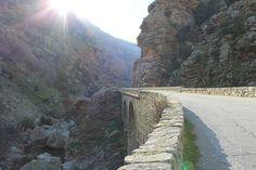 En Corse, les Gorges de la Spelunca reliant les villages d'Evisa et d'Ota offrent des panoramas vertigineux. En route. Corsica, Le Village, Les Cascades, Belle Photo, Country Roads, France, Paris, Beautiful Places, Montmartre Paris