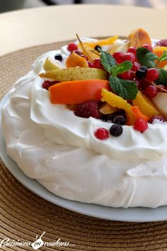 Fruit pavlova to use leftover egg whites - Fruit Pavlova to Use Leftover Egg Whites Fruit Pavlova Recipe - Low Calorie Desserts, No Calorie Foods, Low Calorie Recipes, Pavlova Cake, Meringue Pavlova, Dessert Aux Fruits, Summer Dessert Recipes, Savoury Cake, Gourmet Recipes