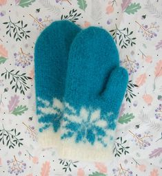 Ravelry: Februarvotter / Februar / February pattern by MaBe Mittens Pattern, Knit Mittens, Mitten Gloves, Norwegian Knitting, Ravelry, Knitting Patterns, Diy And Crafts, Knit Crochet, Projects To Try
