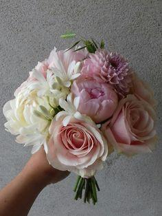 "Bouquet rond Rose ""sweet  avalanche"",  Agapanthe,  Pivoine, Dalhia"
