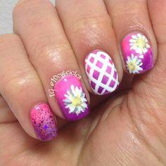 #daisies#daisynails#ficklefairypotions#gradientnails#pinknails#purplenails