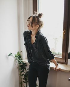 A loose black silk blouse ups the ante on casual day or casual office attire with black leggings or skinny denim, and low heel ankle strap pumps with a top knot. Messy is out when it comes to an updo, just add well-trimmed bangs to it, and look sleek yet Street Style Edgy, Street Style Looks, Street Styles, Fashion Mode, Look Fashion, Street Fashion, Black Aesthetic Fashion, All Black Fashion, Net Fashion
