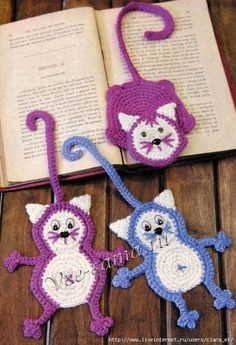If you are into Amigurumi crochet, this will definitely interest you. This is surprisingly an easy crochet pat Marque-pages Au Crochet, Chat Crochet, Crochet Mignon, Crochet Amigurumi, Crochet Motifs, Crochet Books, Love Crochet, Crochet Gifts, Crochet Flowers