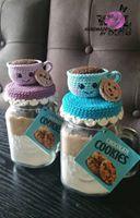 christmas cookies in a jar Weihnachtspltzchen Glashubchen Chat Crochet, Crochet Cozy, Diy Crochet, Crochet Christmas Gifts, Holiday Crochet, Crochet Gifts, Crochet Jar Covers, Diy Cadeau, Crochet Kitchen