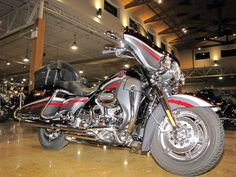 2006 Harley-Davidson CVO ULTRA CLASSIC SCREAMIN EAGLE FLHTCUSE CVO ULTRA CLASSIC - Click to see full-size photo viewer