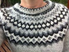 Icelandic jumper - new perspective on the neckline. Icelandic jumper - new perspective on the neckline. Fair Isle Knitting Patterns, Fair Isle Pattern, Knitting Stitches, Knitting Designs, Knit Patterns, Love Knitting, Norwegian Knitting, Hand Knitting, Ropa Free People