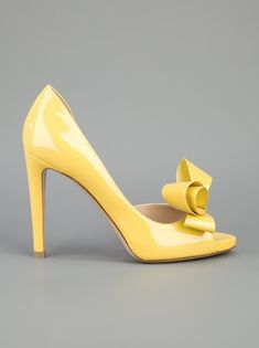 ~ lemony Valentino peep toes ~  I don't really like yellow but this is so cheerful I had to repin : )