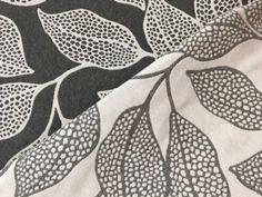 Tessuto broccato moderno foglia ha una composizione 50%cotone e 50% poliestere , altezza 280cm, peso 300 gr/m2. Usato in vari impieghi nel tovagliato e grembiuli, arredo cucina e casa, ma anche come tapezzeria e arredo di vario genere come cuscini, copridivani e tende.