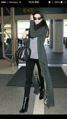 Celebrity Street Style Picture Description Kendall Jenner keeps it casual chic to catch a flight to Mode Outfits, Winter Outfits, Casual Outfits, Fashion Outfits, Womens Fashion, Spring Outfits, Dress Winter, Fashion Clothes, Fashion Ideas