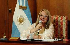 """""""Formo parte de un gobierno que privilegió los derechos de las personas"""" Lo señaló hoy la ministra de Desarrollo Social, Alicia Kirchner, durante una teleconferencia a través de la cual entregó órdenes de pago, pensiones y certificados de talleres familiares."""