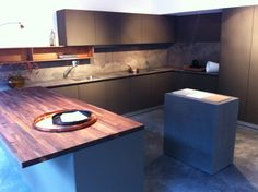 B3 keuken van Bulthaup: Een ranke en strakke keuken, opgebouwd uit: softtouch, marmer blad en rugwand, notenhout barblad.