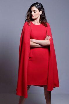 vestido rojo de fiesta con capa y broches dorados de otoño invierno para bodas fiestas eventos coctel bautizos de apparentia