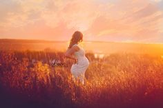 Maternity pictures, maternity picture ideas, maternity poses, what to wear for maternity pictures, whimsical maternity photo shoot, Lace.Photography, Beyond the Wanderlust, Inspirational Photography Blog