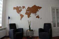 Deze prachtige eiken houten wereldkaart is een bruine variant in onze selectie. De houtsoort past goed in vrijwel elke ruimte, aangezien veel meubels worden gemaakt van eikenhout. De aangebrachte olie zorgt ervoor dat de houtnerf nog meer tot zijn recht komt. Met het bijgeleverde magneetsysteem, hangt de wereldkaart een centimeter van de muur, wat een zwevend effect geeft. De levertijd van de wereldkaart bedraagt 10 werkdagen.
