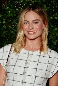 One of the biggest hair trends of spring 2019 isn't a cut or color, it's how you part your hair. Find out why the center part is making a comeback, along with how celebrities are wearing the hair trend. Oval Face Haircuts, Haircuts For Long Hair, Cool Haircuts, Sleek Hairstyles, Spring Hairstyles, Hairstyle Look, Fall Hair Cuts, Long Hair Cuts, Long Shaggy Bob