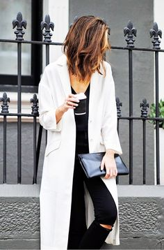 CHRONICLES OF HER is your daily dose of street style and fashion trends. Get style tips and outfit ideas that you can shop right now. Outfit Jeans, Outfits In Weiss, Mantel Outfit, Perfect Wardrobe, Mode Inspiration, Mode Style, Jean Outfits, Her Style, Style Hair