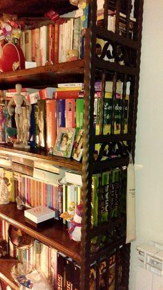 Particolare grande libreria ferro battuto e legno.