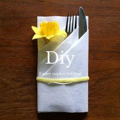 DIY: Servietfoldning behøver ikke være kedeligt og gammeldags. Påskeliljen har sin plads i denne servietfoldning. Følg guiden og dæk selv pænt op til påske.