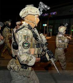 Alpino Paracadutista del 4 reggimento Monte Cervino in esercitazione notturna con personale dell'esercito Afgano Special Ops, Special Forces, Airsoft, Ancient Armor, Military Pictures, Scp, Reggio, Tactical Gear, Law Enforcement