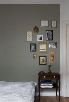 Anthrazit, Braun, Aubergine - dunkle Töne sind ausdrucksstark und können sehr edel wirken. Wie das Streichen mit dunkler Wandfarbe garantiert gelingt, erfahren Sie hier.