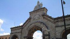Construido en 1868 por el arquitecto gallego Calixto Loira Cardoso, el Cementerio o Necrópolis de Colón es uno de lo camposantos mas grandes de toda América. Su visita es un paseo interesante y emotivo por la historia de Cuba.