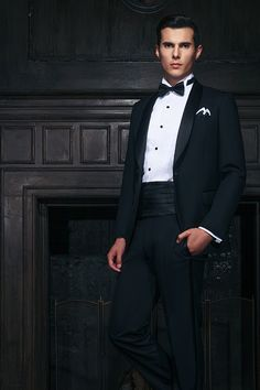 Classic one-button black tuxedo with satin shawl collar accessorized with cummerbund, bow-tie, silk pocket square and black stud buttons. Perfect wedding look for the groom! Indian Men Fashion, Mens Fashion Blog, Mens Fashion Suits, Fashion 2016, Male Fashion, African Fashion, Black Suit Wedding, Wedding Tux, Wedding Attire