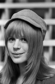 Marianne Faithfull 60s Icons, Marianne Faithfull, Smoking Ladies, Stone Fox, Bond Girls, The Allure, Famous Girls, Ageless Beauty, Cut My Hair