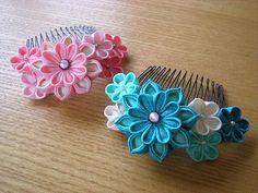 畳世さんに向けて作っていた、かんざしとコームが完成。   若い子にも使っていただけるよう、 じゃらじゃら~、きらきら~の下がりを付けてみました... Ribbon Art, Fabric Ribbon, Ribbon Crafts, Flower Crafts, Ribbon Bows, Kanzashi Flowers, Felt Flowers, Flowers In Hair, Fabric Flowers