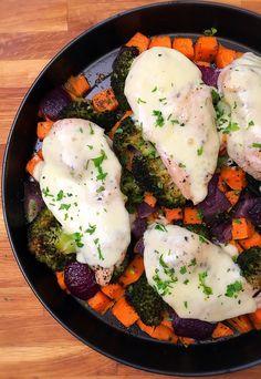 Nagyon szeretem ezeket a gyors recepteket, amikor csak bepakolom a zöldséget a hússal a sütőbe, aztán mikor megsült kiveszem és már ehető is. Nincs...