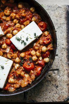 Tomaatti-fetapannu valmistuu nopeasti ja helposti - tekee hyvää suolistolle Veggie Recipes, Vegetarian Recipes, Healthy Recipes, Easy Cooking, Cooking Recipes, Healthy Snacks, Healthy Eating, I Love Food, Food Hacks