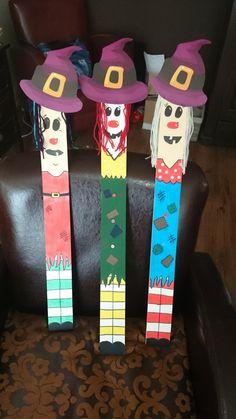 Leuke heksjes geschilderd op houten planken. Het haar is gemaakt van wol en de hoeden zijn feesthoedjes van de action. Maar zijn ook eenvoudig van karton te maken.   Leuk voor een feestje, halloween of een speurtocht.