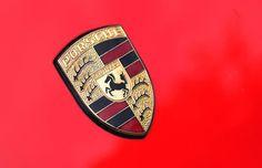 Logo Porsche - O logo da famosa marca possui as cores da bandeira da Alemanha e o nome da cidade em que sua base está situada (Stuttgart). A figura do cavalo passa a imagem de poder e rapidez. Além disso, são animais criados em Stuttgart.